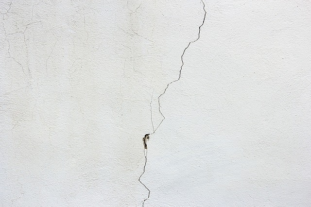 hairline-wall-crack